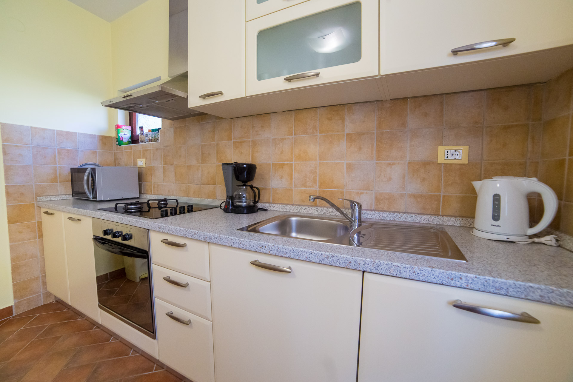 apartment aquamarine porec kithen with microwave.jpg