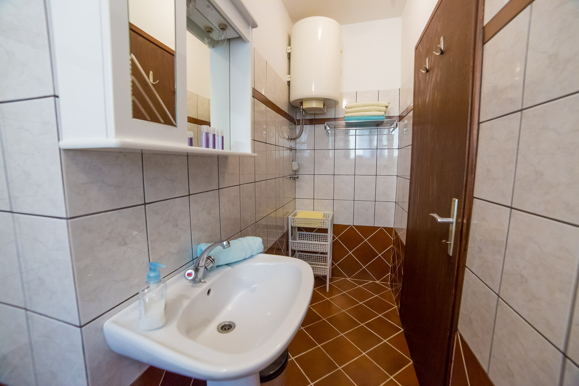 aquamarine apartment in porec bathroom with towels.jpg