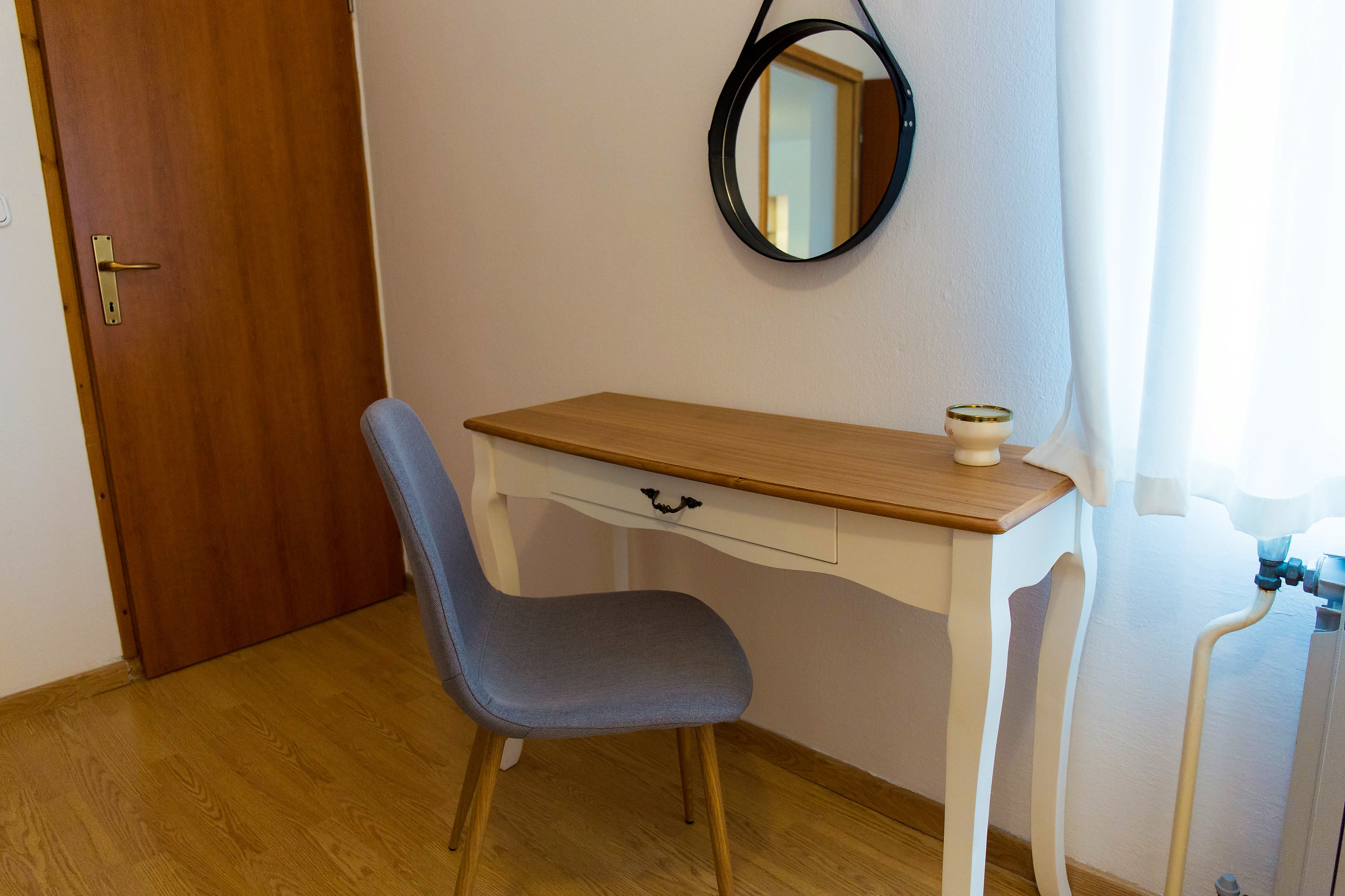 susnet table and round mirror (2).jpg