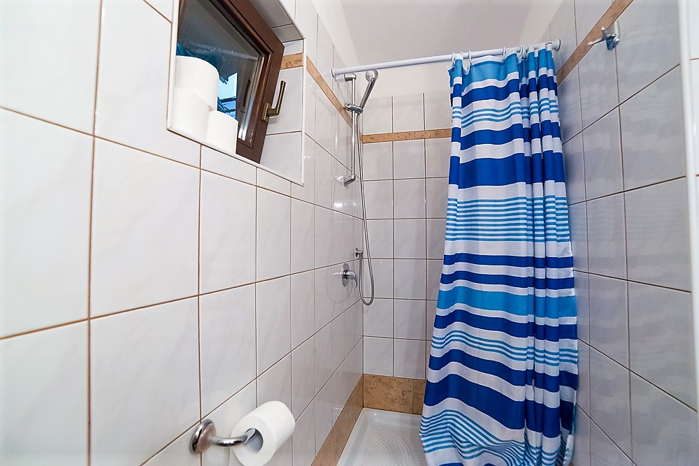studio in Porec shower (2).jpg