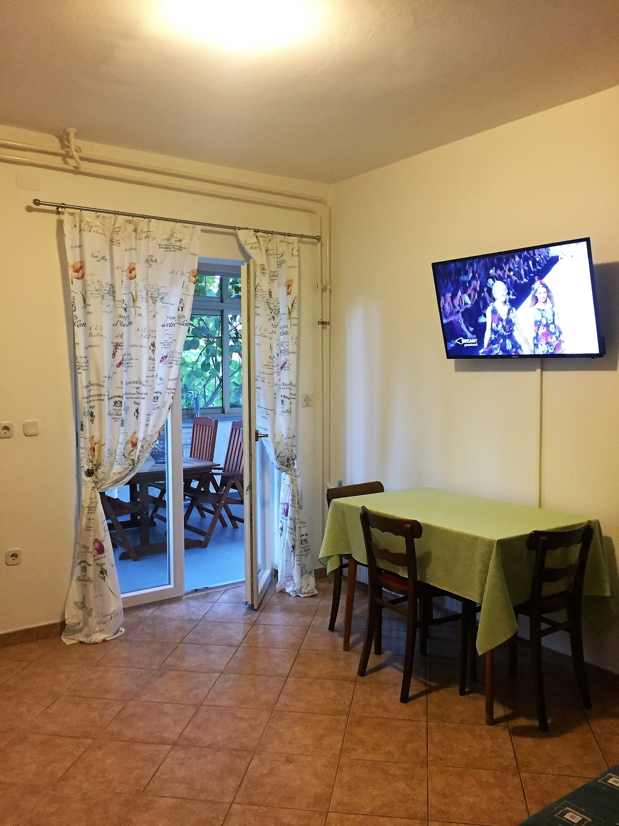 apartment in porec dinning with flat tv (2).jpg